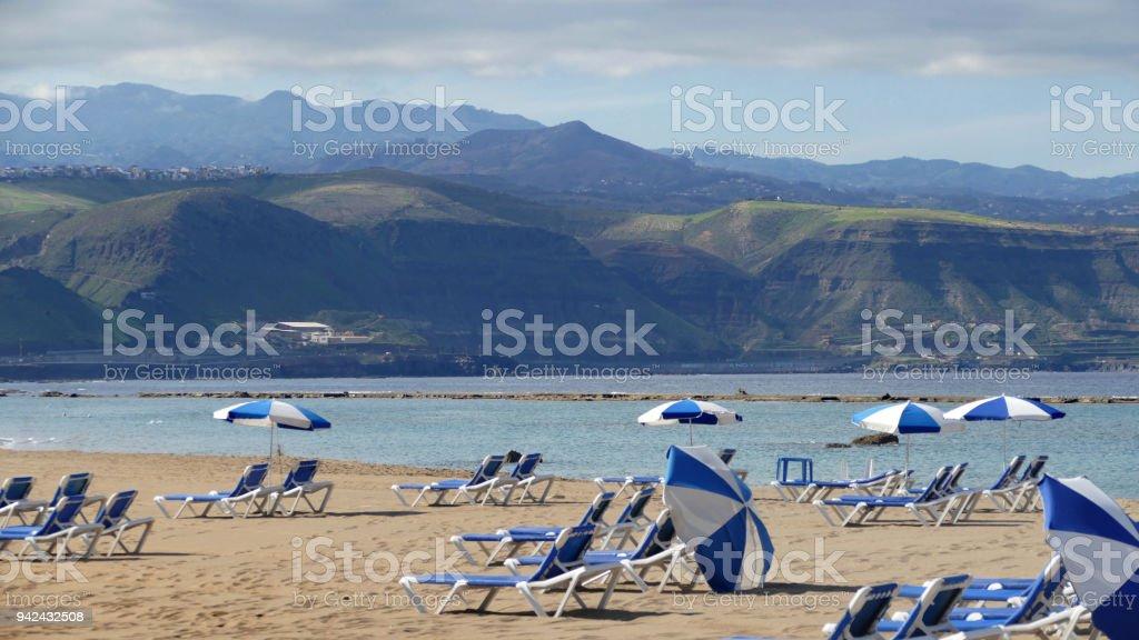 La Cantera - Beach in Las Palmas - Gran Canaria - Spanien, Sandstrand mit Liegestühlen und Sonnenschirmen – Foto