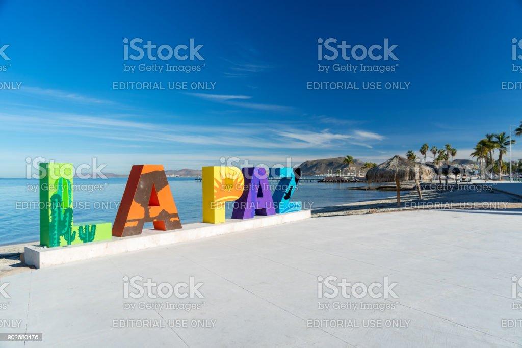 Letras de la Paz a lo largo del paseo marítimo - foto de stock