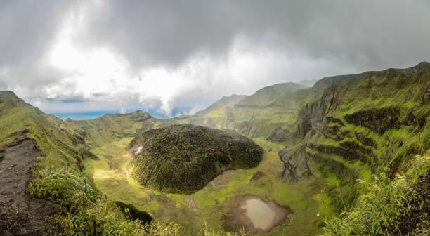 La Soufriere Vulkankrater Panorama mit Tuffkegel versteckt in grün, St. Vincent und die Grenadinen – Foto