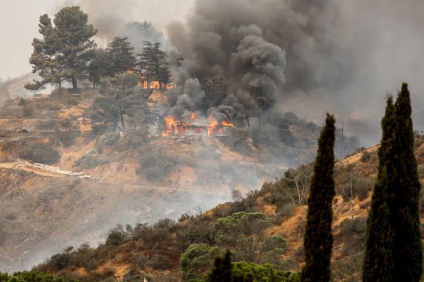 la tonijn wildvuur in los angeles, ca-branden van een structuur - bosbrand stockfoto's en -beelden