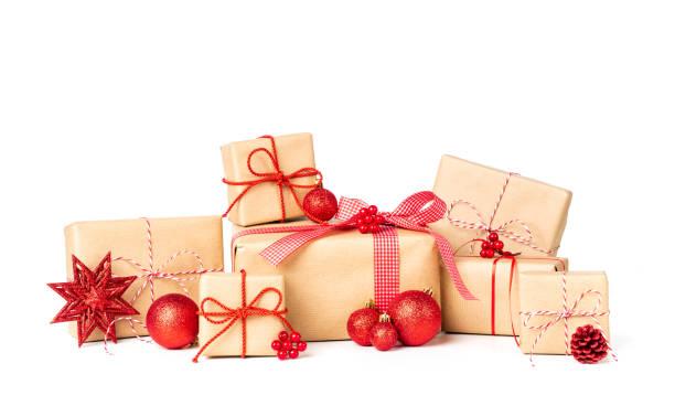 Laarge Stack Geschenkbox verpackt im Recycling-Papier mit Multifunktionsleiste Bogen und Christmas ornament – Foto