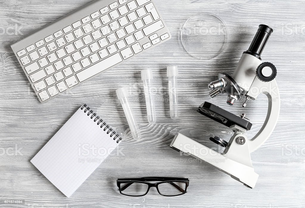 lab assistant desk with microscope top view photo libre de droits