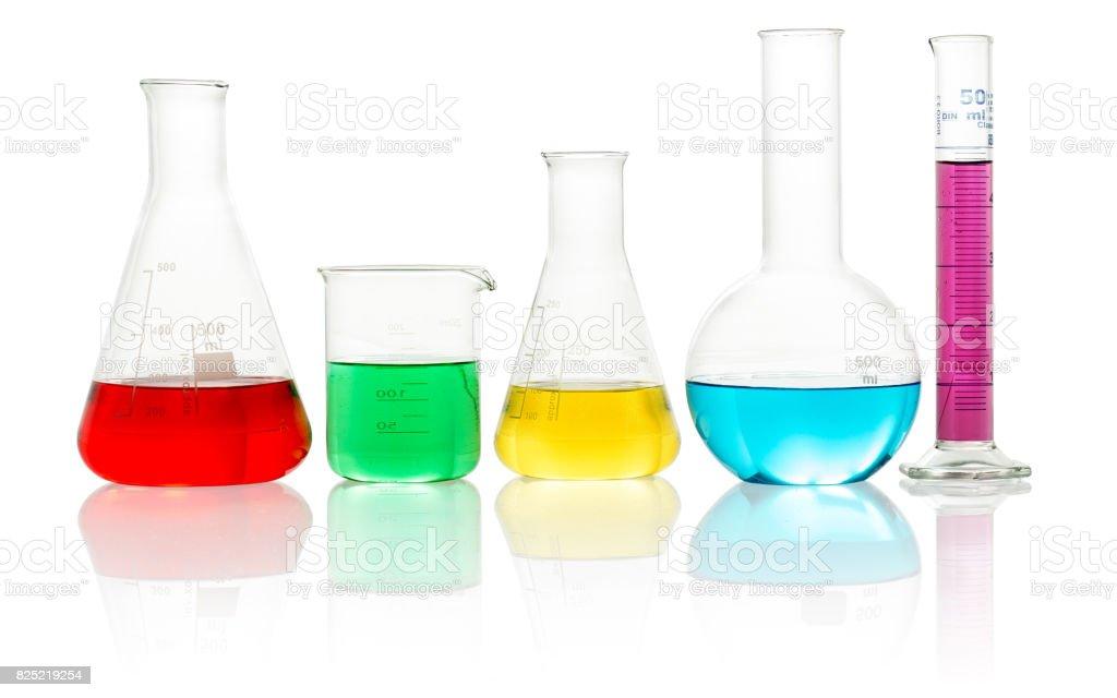 vidraria de laboratório cheia com líquido colorido - foto de acervo
