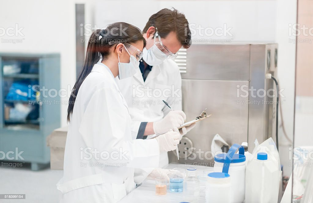 Lab technicians working at a chemical factory – Foto