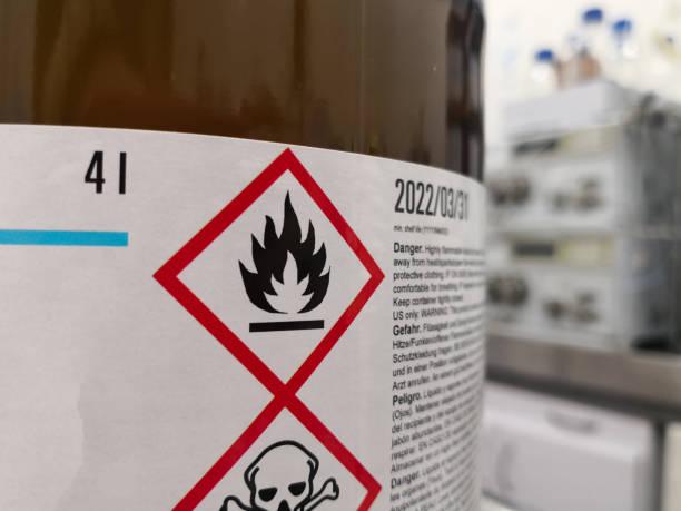 etiqueta de un producto químico inflamable peligroso en un laboratorio científico - química fotografías e imágenes de stock