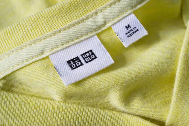 ユニクロの t シャツにラベル タグ - ブランド名 ストックフォトと画像