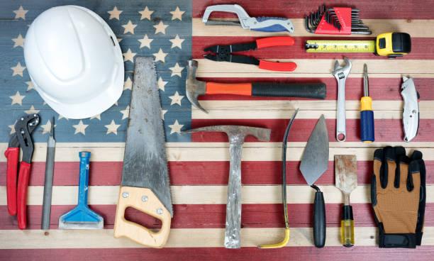 fundo de feriado do dia do trabalho com a bandeira de madeira rústica de eua e muitas ferramentas de trabalho - dia do trabalhador - fotografias e filmes do acervo