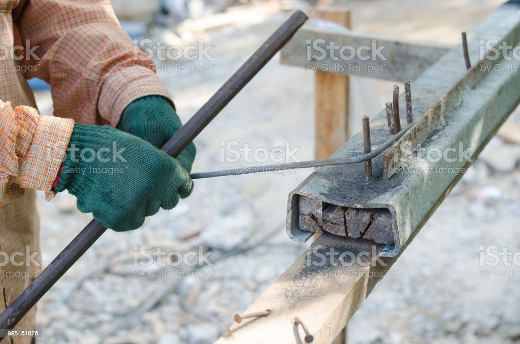 Mano de obra mano de doblez acero de refuerzo en la construcción - foto de stock