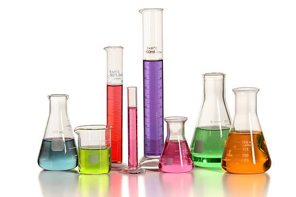 laborglas auf tisch - messzylinder stock-fotos und bilder