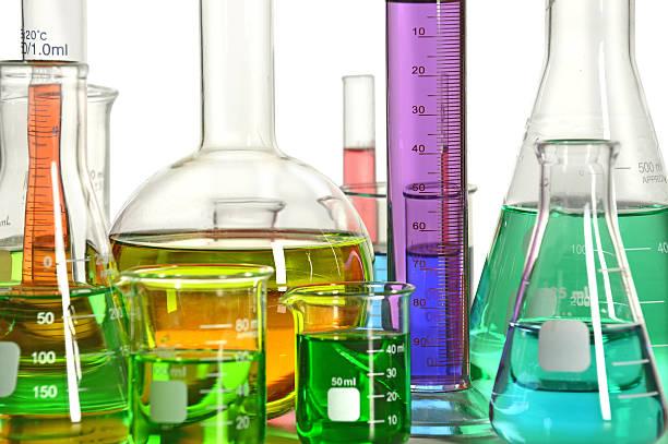 laborglas mit flüssigkeiten - messzylinder stock-fotos und bilder