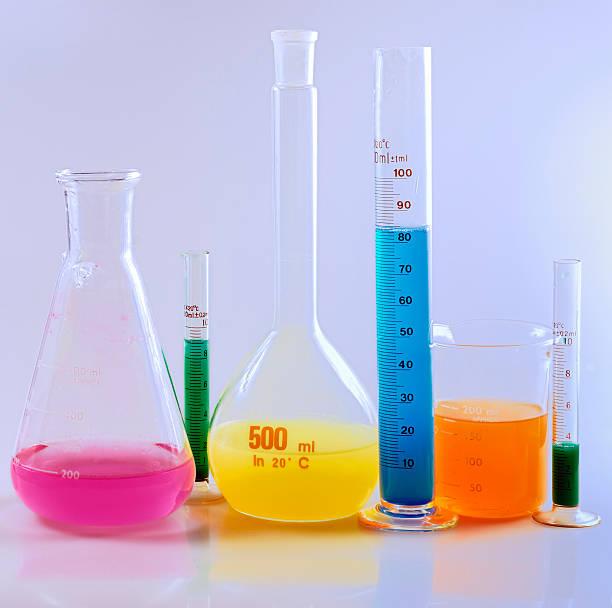 labor glasswares mit farbigen flüssigkeit. - messzylinder stock-fotos und bilder