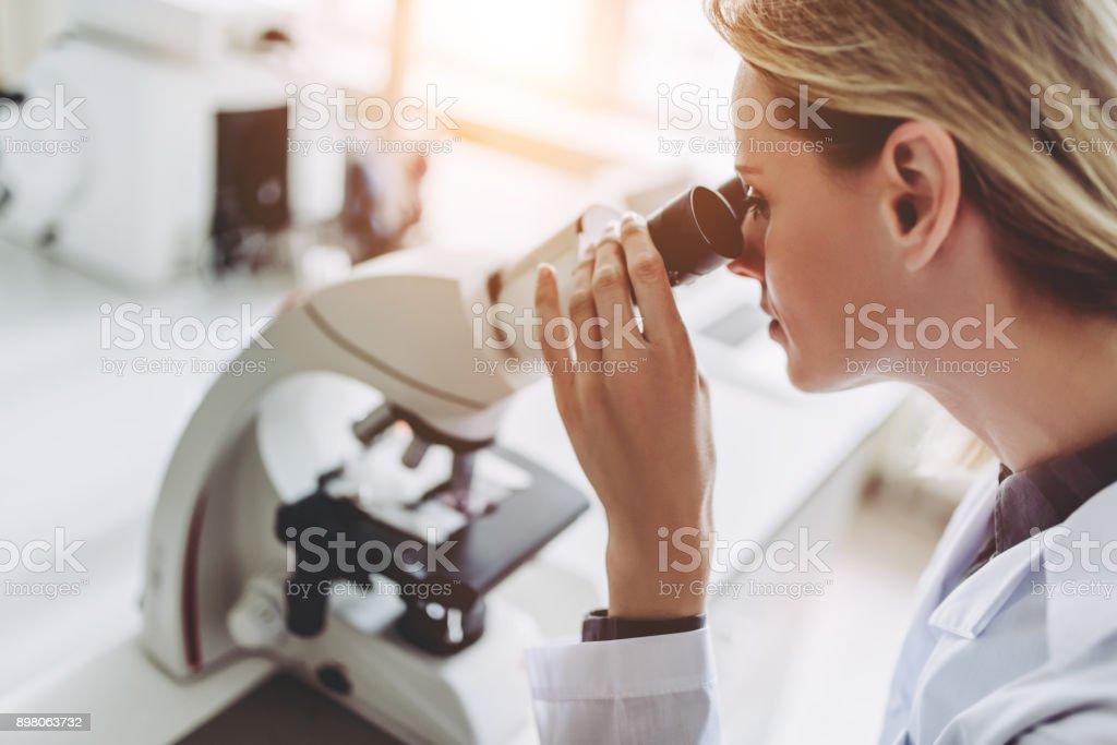 Cientista de laboratório trabalhando. - foto de acervo