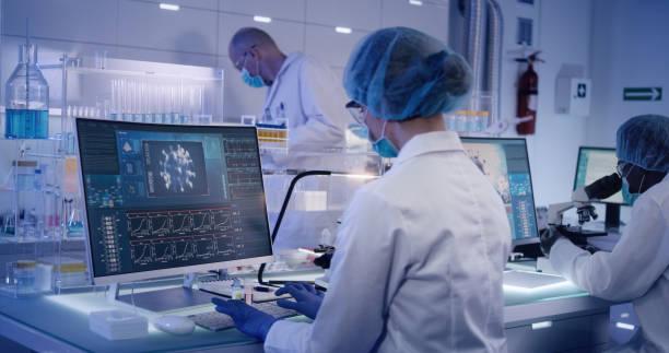 covid-19 - 從事冠狀病毒疫苗的實驗室團隊。防護工作服 - vaccine 個照片及圖片檔