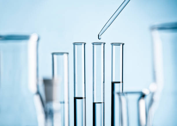 labor mit reagenzgläsern, pipette und glaskolben - test tube stock pictures, royalty-free photos & images
