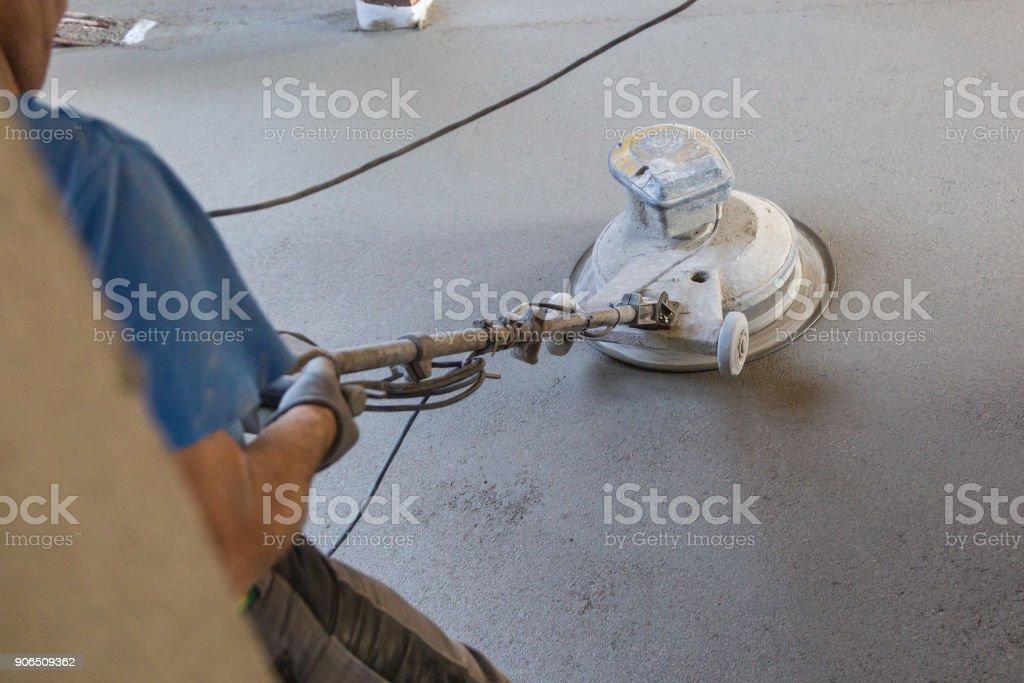 Arbeiter Sand / Zement Estrich Polieren. – Foto