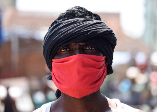Eine Arbeit, die am Vorabend des Labour-Tages eine Gesichtsmaske trägt – Foto