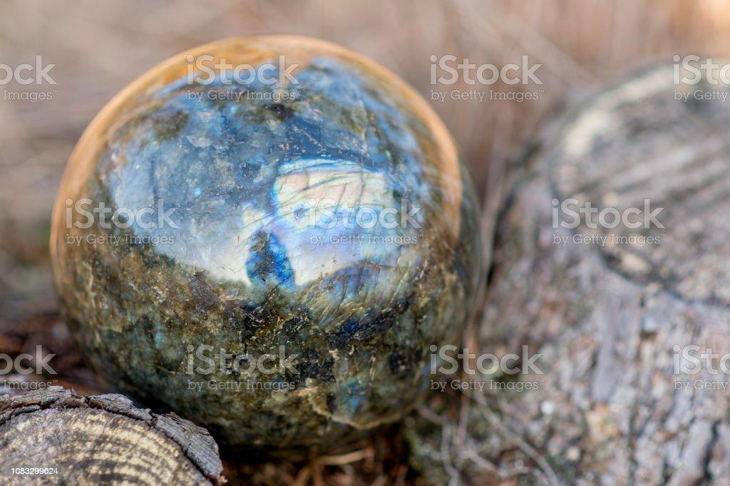 Der Labradorit Kugel Stein im Gras – Foto