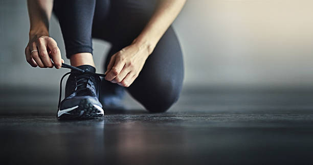 lace up for the workout of your life - gezonde levensstijl stockfoto's en -beelden