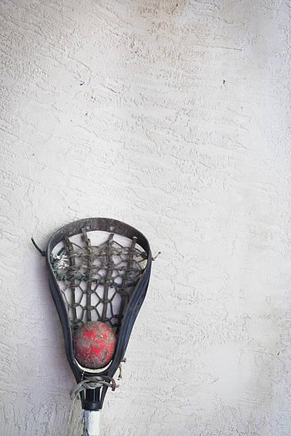 kij do gry w lacrosse głowy i czerwony piłka krzywa od ściany - kij do gry w lacrosse zdjęcia i obrazy z banku zdjęć