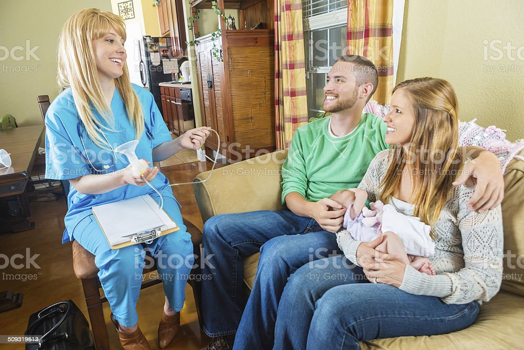 Consultor Lactation peito bomba de explicar de novo os pais com bebês - foto de acervo