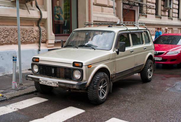 lada niva 4 x 4 russische auto - lada niva stock-fotos und bilder
