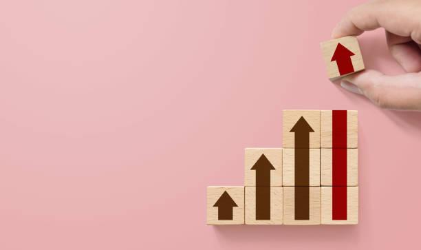 Trayectoria profesional de escalera para el concepto de proceso de éxito del crecimiento empresarial. Apilar bloques de madera a mano como escalera de paso con flecha hacia arriba - foto de stock