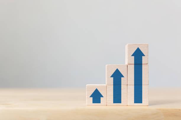 Trayectoria profesional de escalera para el concepto de proceso de éxito del crecimiento empresarial. Apilamiento de bloques de madera como escalera escalonada con flecha hacia arriba - foto de stock