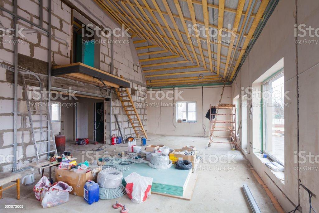 Leiter, Teile von Gerüsten und Bau Material auf dem Boden während für Umbau, Renovierung und Bau – Foto