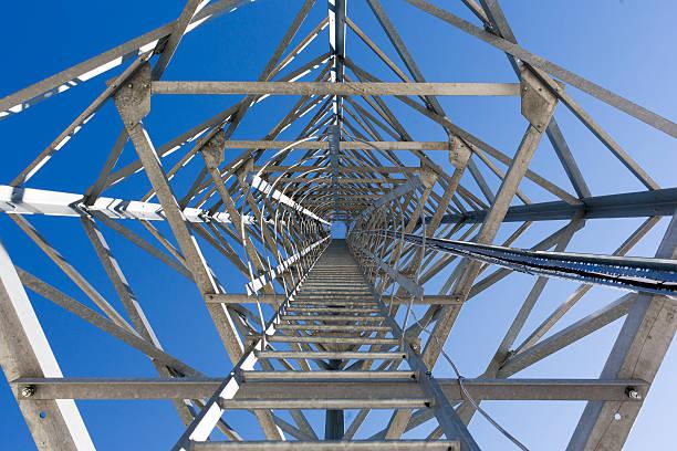 ladder scale di una torre di comunicazione. - ripetitore foto e immagini stock
