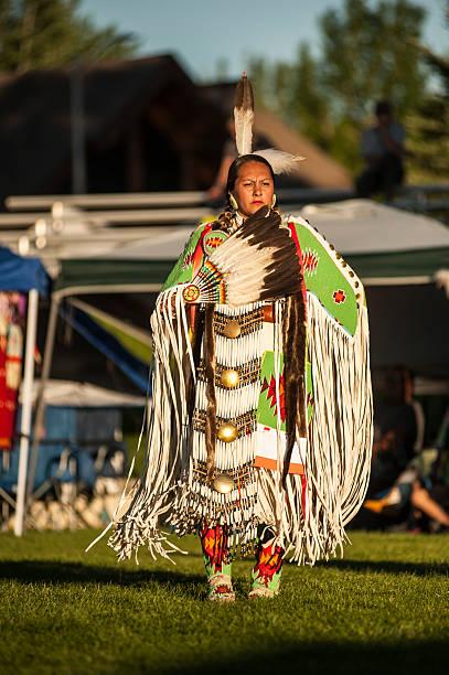 ladies buckskin tänzer 3 - kleidung amerikanischer ureinwohner stock-fotos und bilder