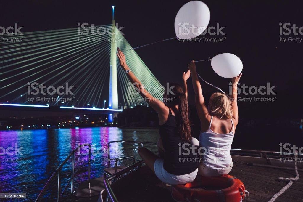 on sale c6a11 5440e Damen In Der Nacht Auf Dem Boot Genießen Stockfoto und mehr ...