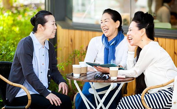 女性が良いお時間には、屋外カフェ - 談笑する ストックフォトと画像