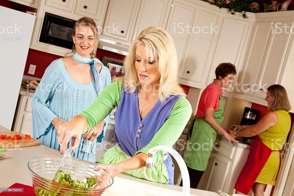 Señoras En La Cocina Preparando Una Ensalada Para El Almuerzo Foto