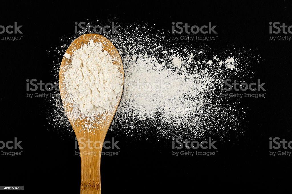 Kelle-Küchenutensil mit Mehl – Foto