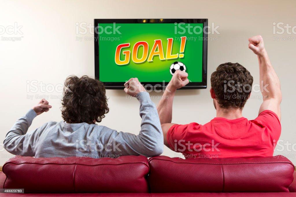 Jóvenes mira el partido - foto de stock