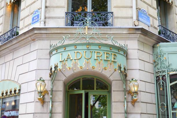 Laduree famosa entrada tienda de confitería en Champs Elysees en París, Francia - foto de stock