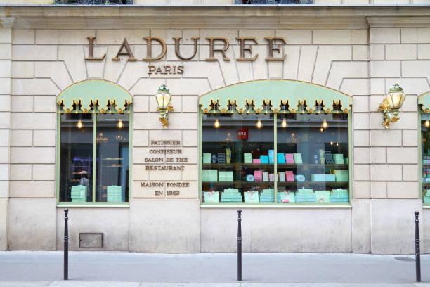 Laduree famosa tienda de confitería en París, Francia - foto de stock