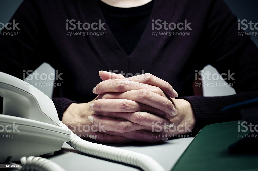 Consultor mujer con las manos juntas foto de stock libre de derechos
