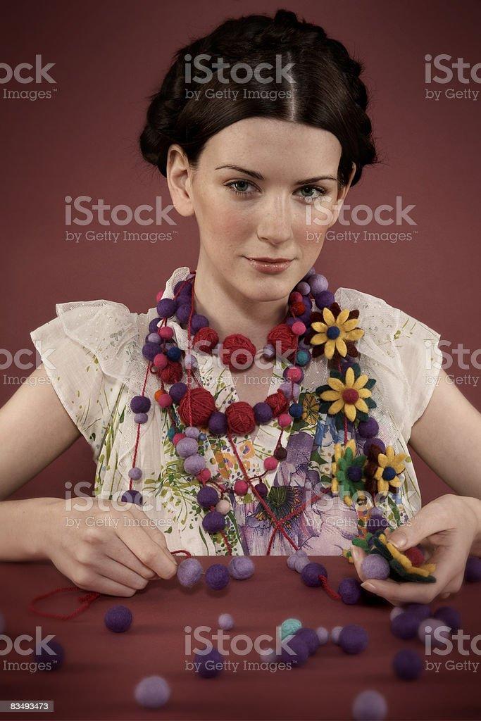 Lady creazione di proprie collana in cotone foto stock royalty-free
