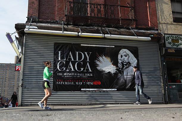Lady Gaga Werbung banner Lower East Side von NYC – Foto