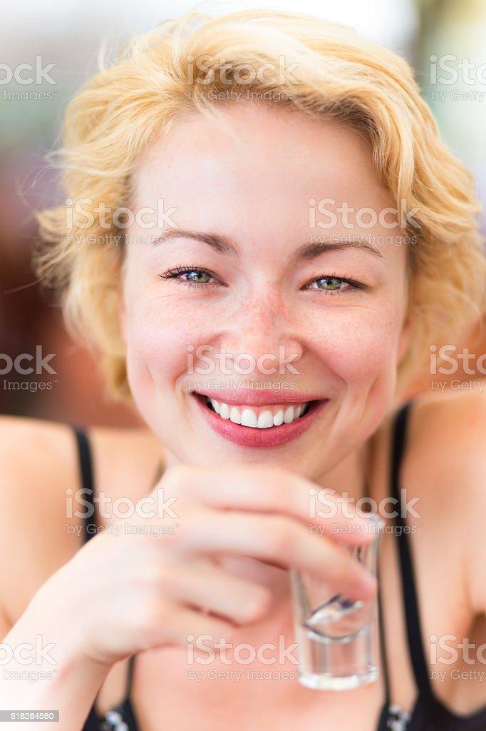 Lady, die eine Aufnahme von spirit drink. Lizenzfreies stock-foto