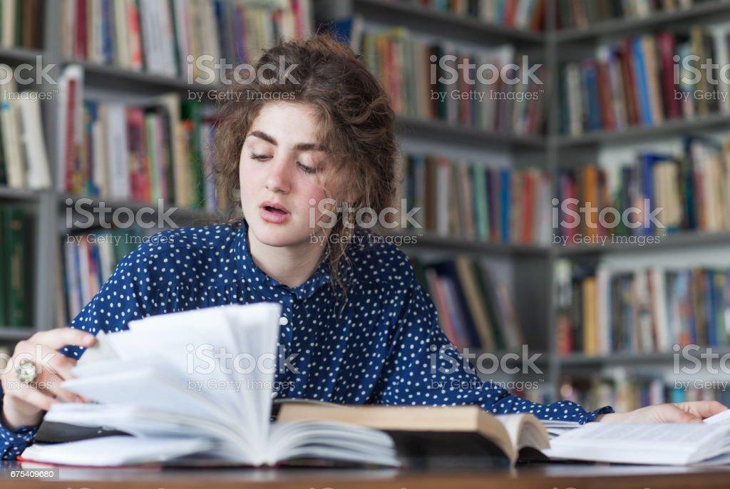 Lady in a library photo libre de droits