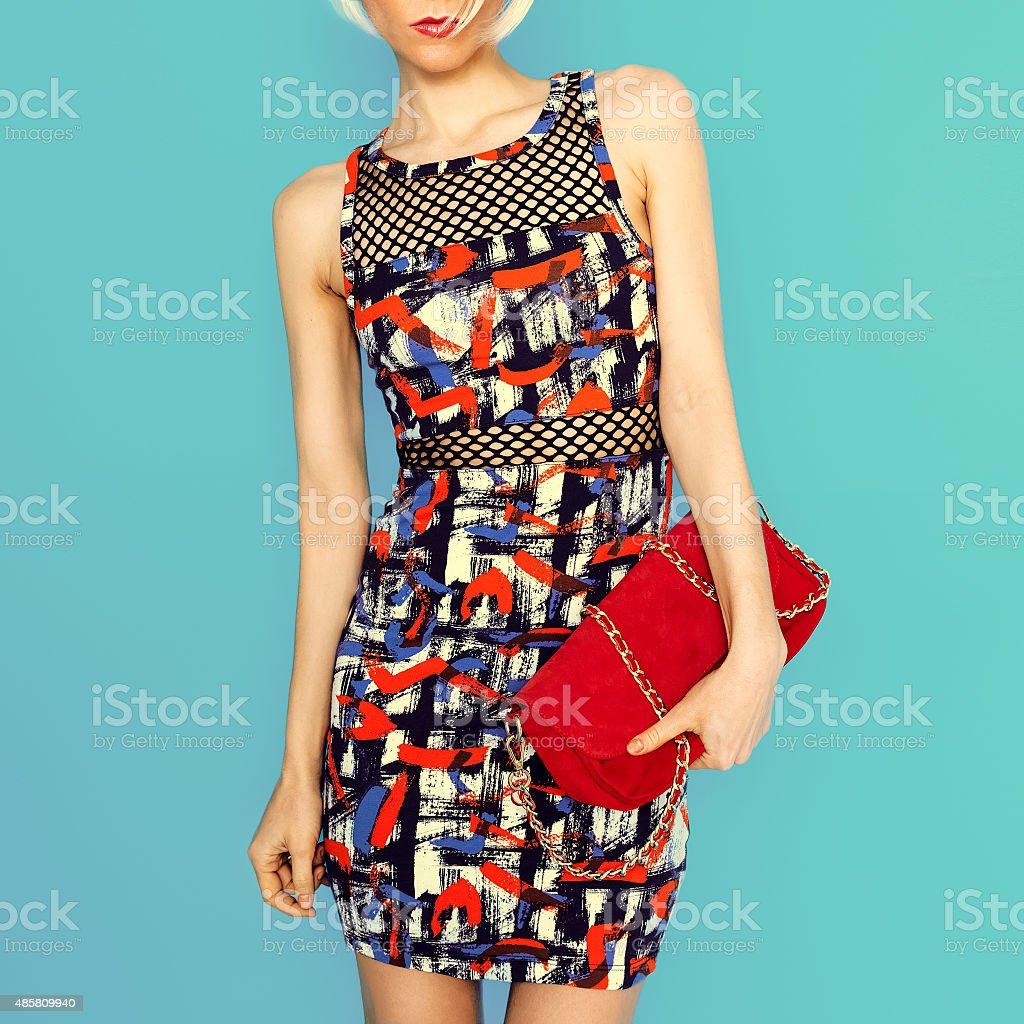 5919eb190a8 Femme en robe à la mode lumineux printsand accessoires clutch. photo libre  de droits