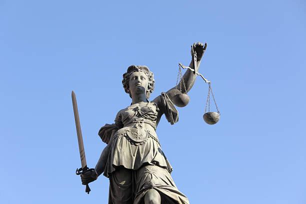 Lady Justice vor blauem Himmel – Foto