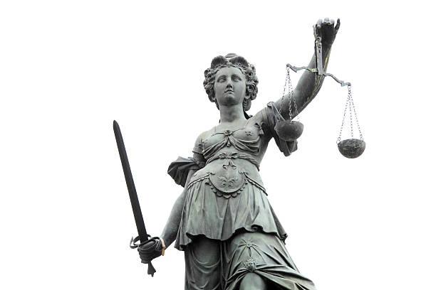 lady justice gegen weiße sky - waage der gerechtigkeit stock-fotos und bilder