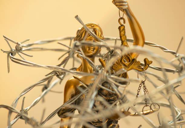 Lady Justice und Stacheldraht – Foto