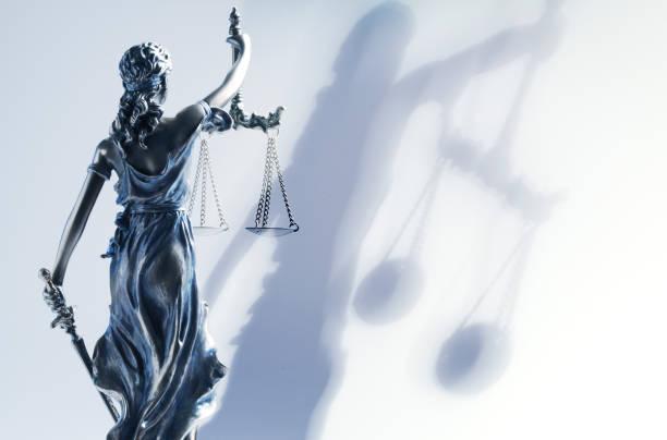 justitia und ihr schatten - waage der gerechtigkeit stock-fotos und bilder