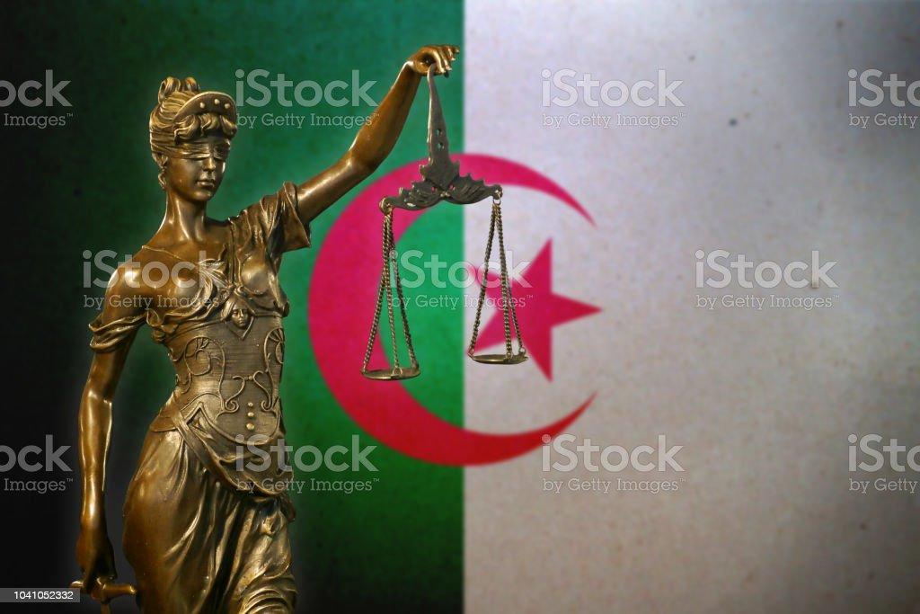 Señora justicia ante una bandera Argelia - foto de stock