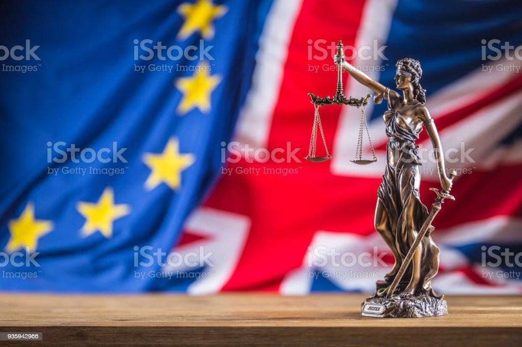 Justitia Europäische Union und Deutschland Flagge. Symbol für Recht und Gerechtigkeit mit EU und UK Flagge. Austritt – Foto