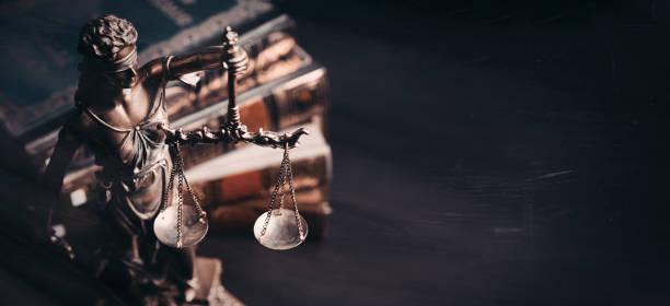 señora justicia. estatua de la justicia en la biblioteca - abogado fotografías e imágenes de stock